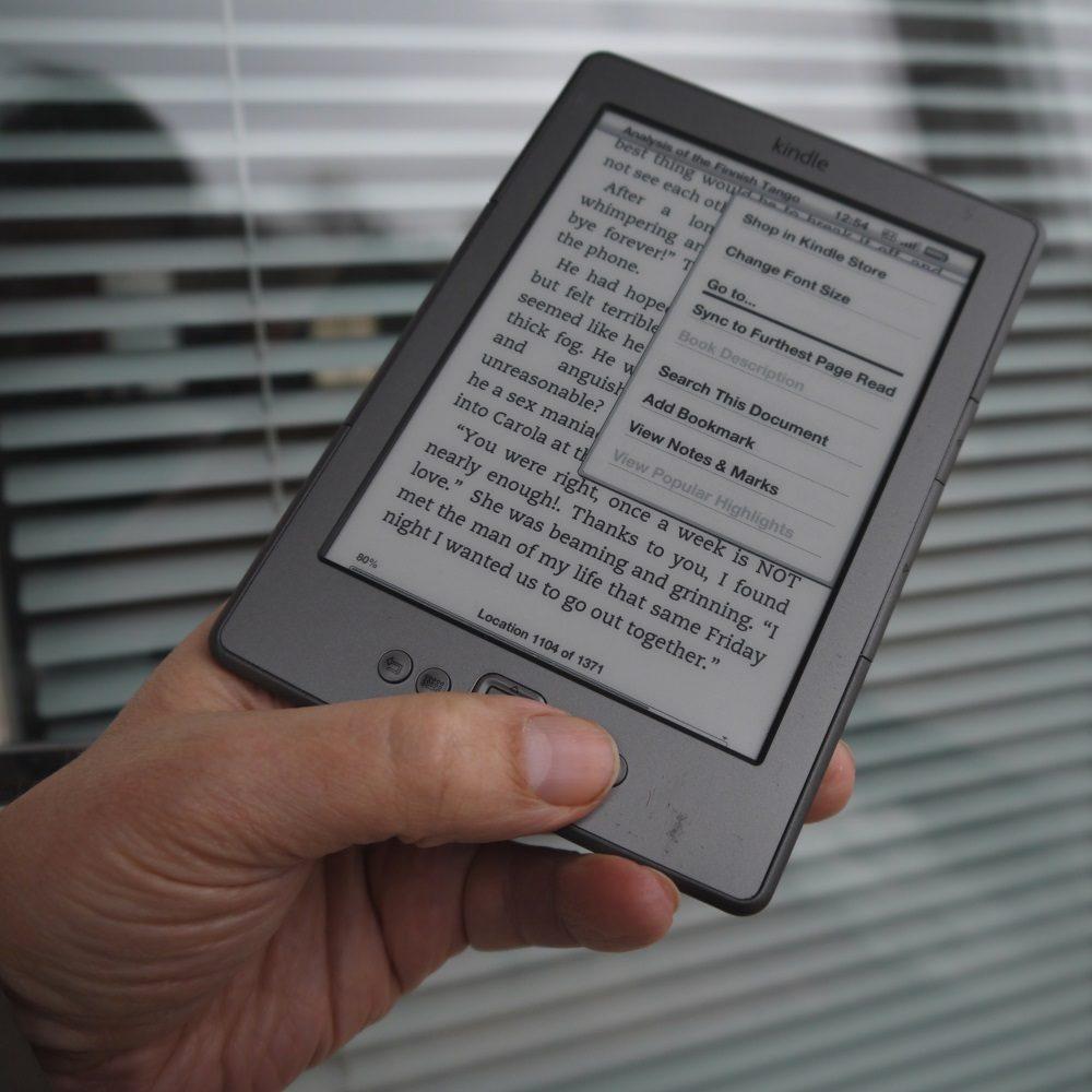 Amazon Kindle e-kirjojen lukulaite kädessä