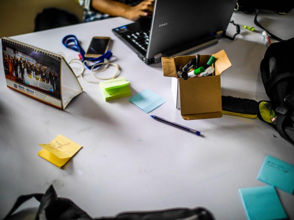 kannettava tietokone työpöydällä sotkun keskellä